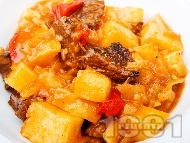 Варен гювеч с телешко месо, картофи, патладжани и моркови в тенджера